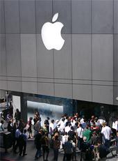El iPad se estrena con éxito en EE.UU, pero no supera al iPhone