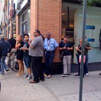 Los americanos ya esperan cola para comprar el iPhone 4