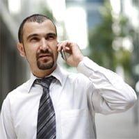 Hombre hablando desde un móvil