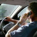 Hombre con móvil mientras conduce