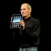 Steve Jobs mostrando el Apple iPad