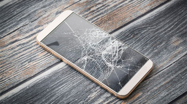 smartphone con pantalla rota