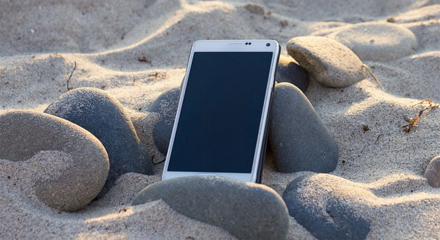smartphone olvidado en la playa