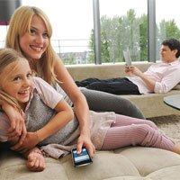 espectadores con smartphone y tablet viendo la TV
