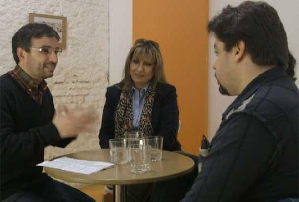 Jordi Évole hablando con 3 teleoperadores: Mercedes Galán (centro), Marian Calero e Iván Alonso.