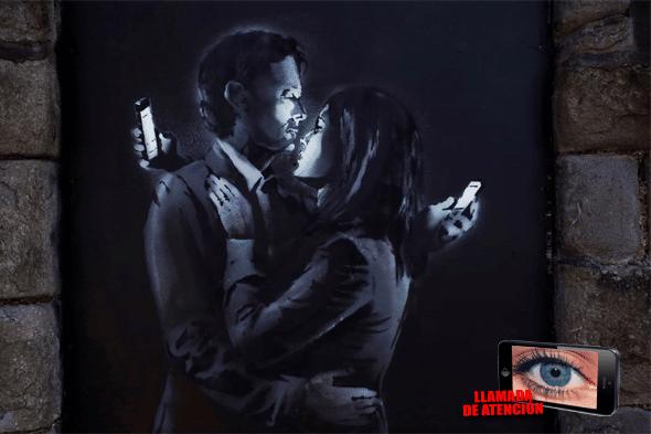 [Llamada de atención]: El último grafiti de Banksy ilustra perfectamente cómo la pantalla del teléfono móvil hace que nos perdamos hasta los momentos más especiales.