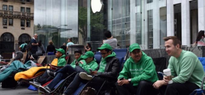 El turbio negocio de las colas del iPhone