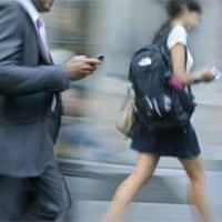 Los usuarios deben ser conscientes del riesgo de usar el móvil mientras se camina.