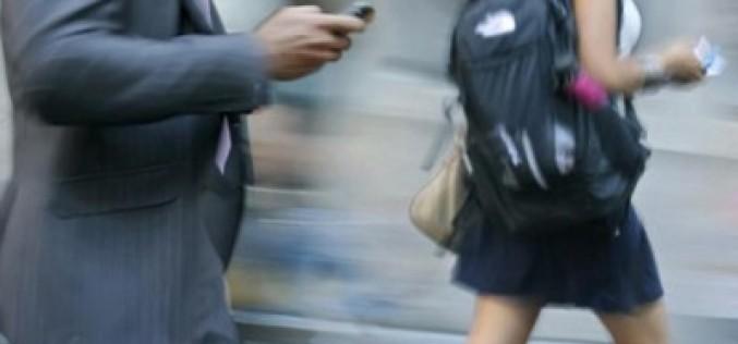 Españoles, italianos y griegos, los más patosos con el móvil