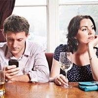 Los españoles son los europeos que más usan el móvil delante de sus parejas.