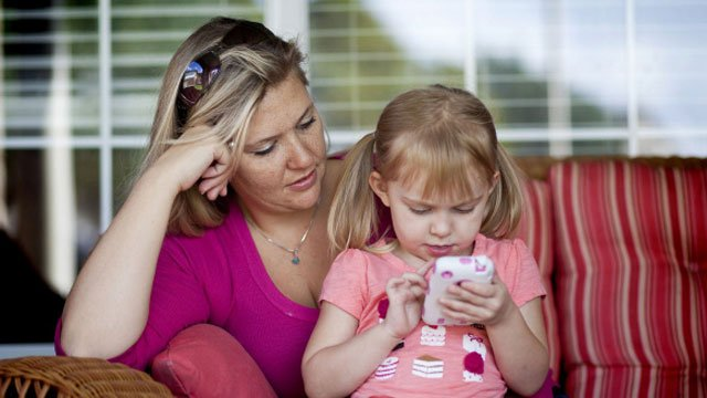 La vigilancia de los padres es esencial en la rápida extensión de los smartphones en los niños y adolescentes.