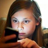 Siempre es bueno concienciar a nuestros hijos de hacer un buen uso del móvil.