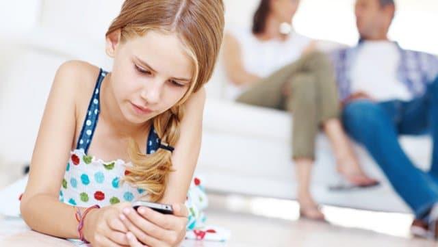 Que el viejo móvil pase a '2ª división', hace que seamos más tolerantes con los golpes que los niños puedan darle.