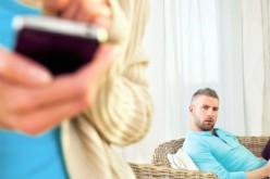 Dos años y medio de cárcel por espiar el móvil de su pareja