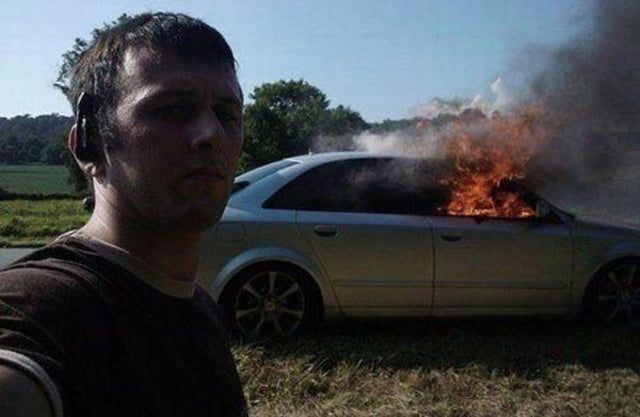 En la vida hay prioridades, y apagar tu propio coche en llamas no suele ser una.