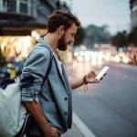 Hablar por el teléfono móvil en la calle podría ser ilegar