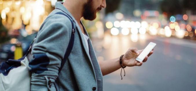 Utilizar el móvil mientras caminamos por vías públicas podría ser ilegal