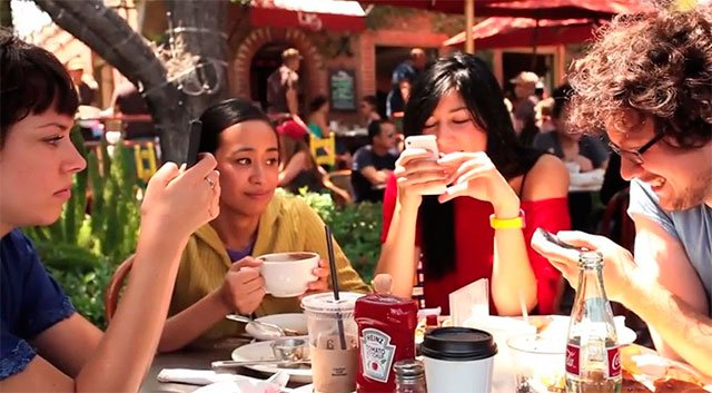 Jóvenes usando su smartphone