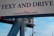 """La funeraria que se anuncia con este eslogan: """"Chatea y conduce"""""""