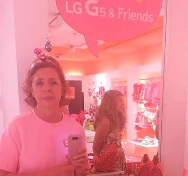 Ágatha Ruiz de la Prada con el LG G5 de color rosa