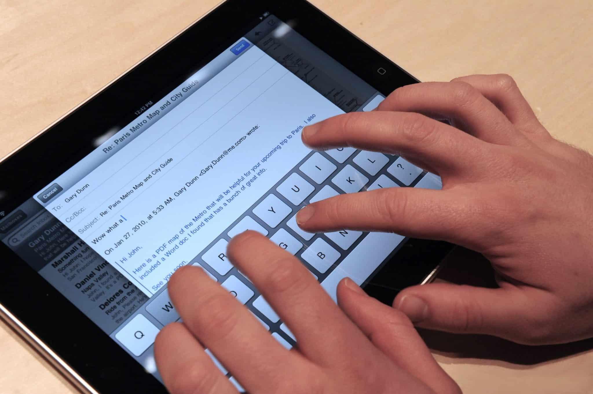Para trabajar largas horas mejor un tablet: se usan todos los dedos y evitamos lesiones.