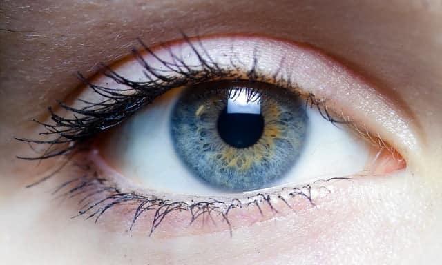 La clave es utilizar el smartphone a oscuras con los dos ojos. Y con el brillo de la pantalla bajito.