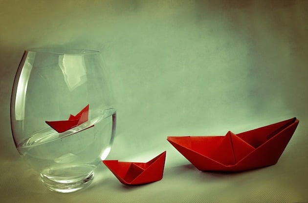 barcos de papel sobre agua