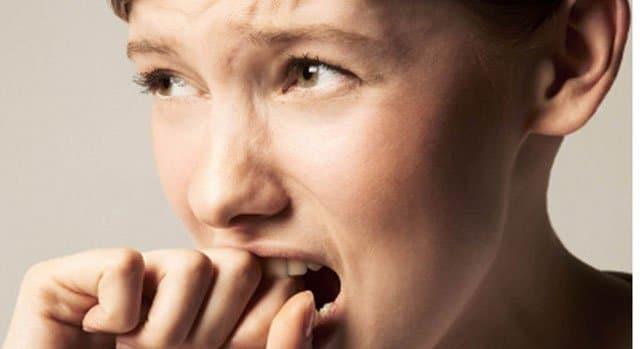 Mujer mordiéndose las uñas.