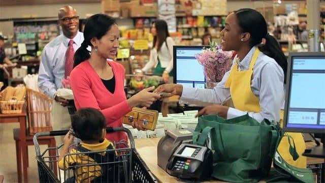 cajera entregando dinero en efectivo