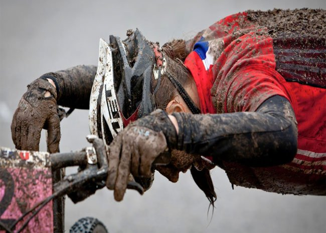 Hombre en mountain bike