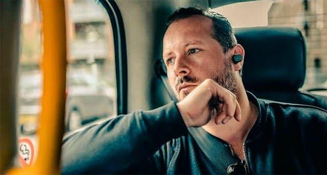 Tom Oxley usando el Sony Xperia Ear