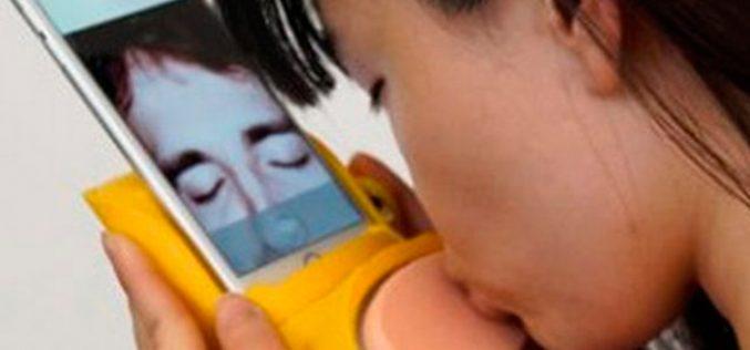 Kissenger, el gadget para besar desde el móvil