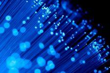El plástico se adueña de la fibra óptica: ¿qué cambia este material?