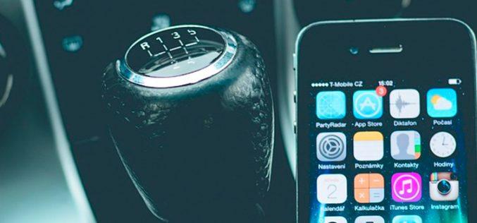 La señal que te avisa para que dejes de usar el móvil en el coche