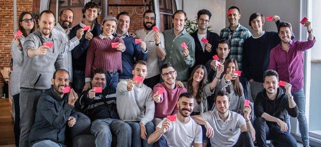 El equipo Bnext, posando con tarjetas