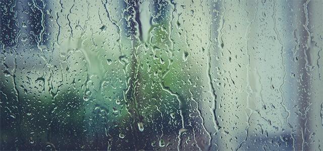 cristal empañado por la lluvia